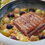 Recette de magret de canard fermier des Landes grillé et purée de céleri et raisins rôtis.